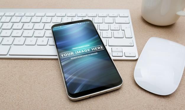 Nowoczesny smartfon na makiecie stacjonarnej