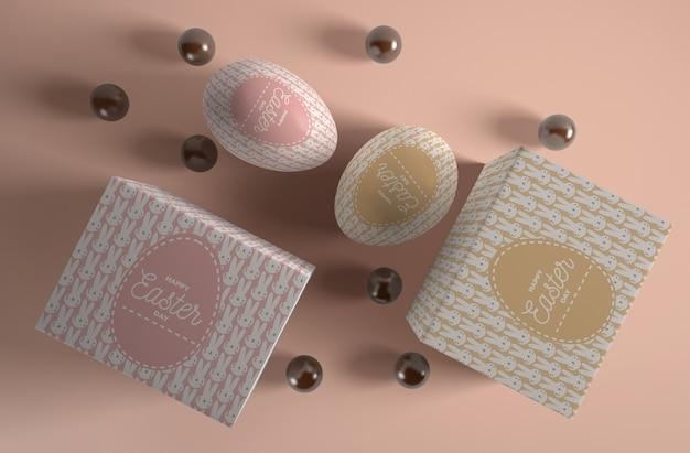 Obok pudełka z jajkami i cukierkami czekoladowymi
