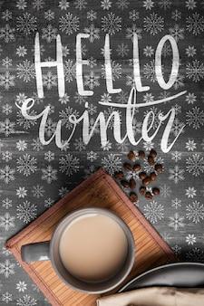 Obok wiadomość zimowa i gorąca kawa