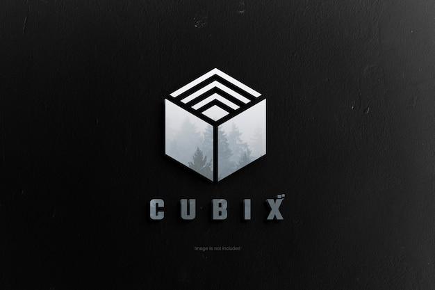 Odbicie 3d logo na makiecie tła czarnej ściany