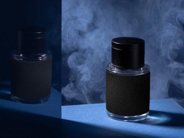 Odbicie lustrzane butelki perfum