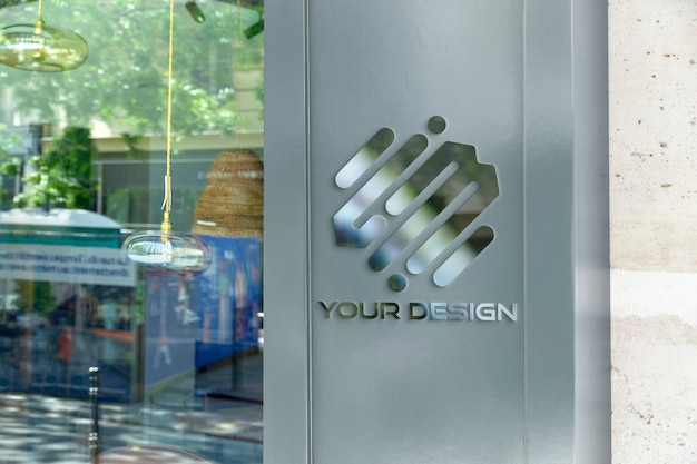 Odblaskowe metalowe logo na froncie sklepu makieta
