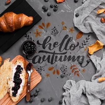 Odgórnego widoku jesieni śniadanie na sztukateryjnym tle