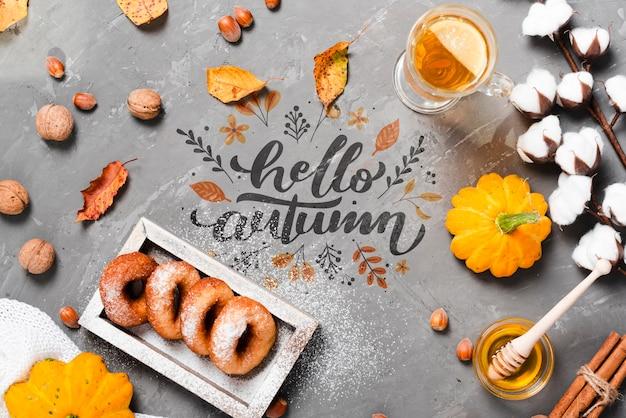 Odgórnego widoku jesieni śniadaniowy pojęcie na sztukateryjnym tle