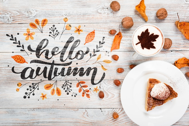 Odgórnego widoku jesieni śniadaniowy pojęcie z kulebiakiem