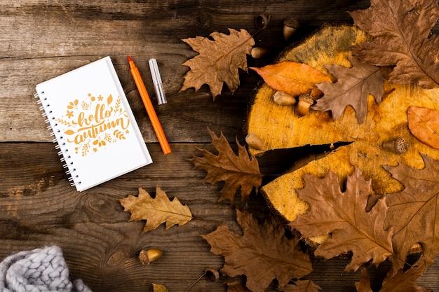 Odgórnego widoku notatnik na drewnianym tle