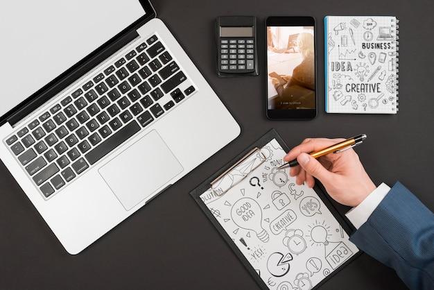 Odgórny widok biznesmena writing na schowku