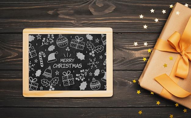 Odgórny widok bożego narodzenia pojęcia chalkboard na drewnianym stole