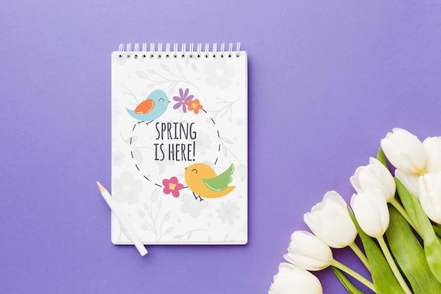 Odgórny widok notatnik z wiosna tulipanami