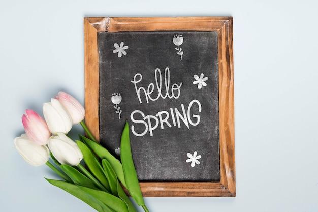 Odgórny widok wiosna tulipany z blackboard