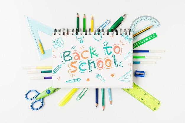Odgórny widok z powrotem szkoły literowanie na białym tle