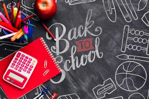 Odgórny widok z powrotem szkoły pojęcie z chalkboard