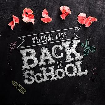 Odgórny widok z powrotem szkoły wiadomość na blackboard makiecie