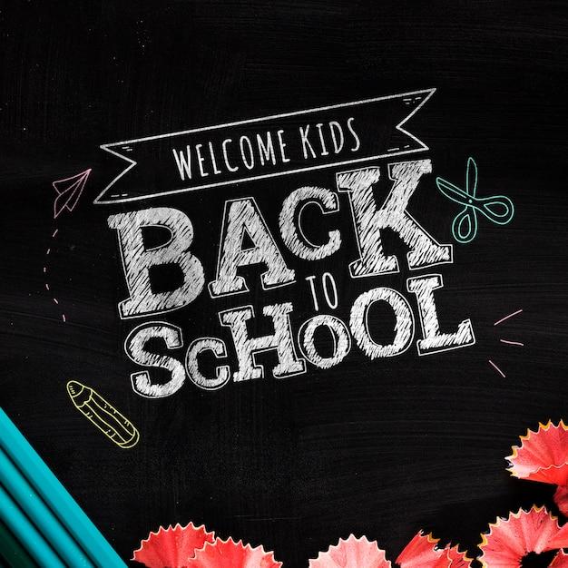 Odgórny widok z powrotem szkoły wiadomość na blackboard