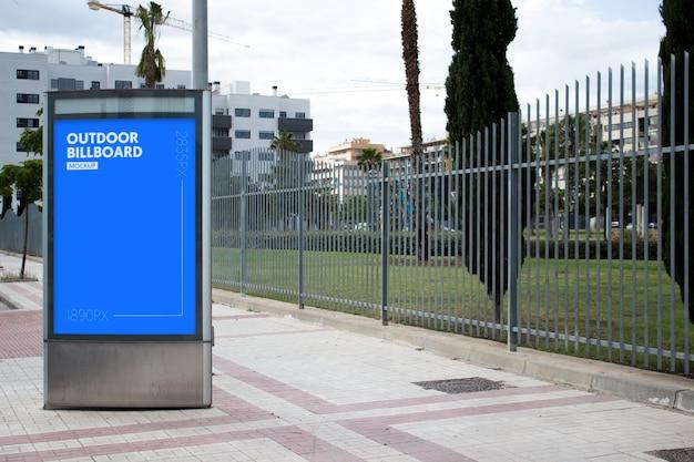 Odkryty billboard obok parku