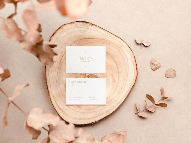 Odwiedź makietę karty z organicznymi elementami i liśćmi. naturalna koncepcja brandingowa