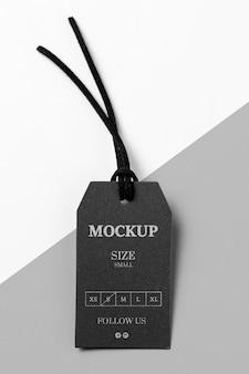 Odzież makieta z czarną metką rozmiarową z czarną nicią