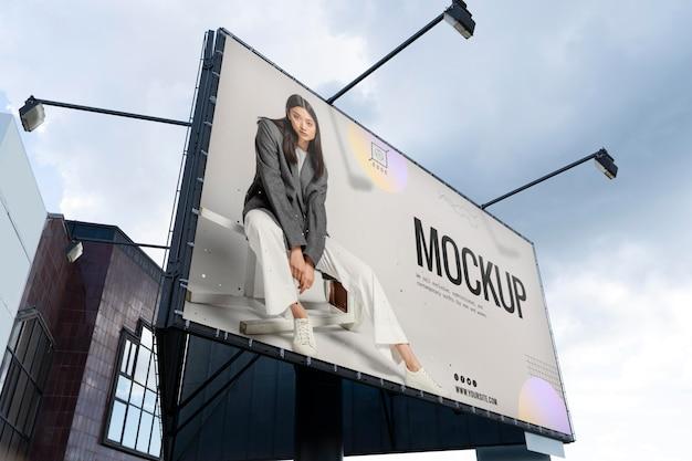 Ogłoszenie uliczne z modną kobietą