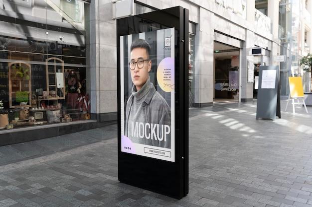 Ogłoszenie uliczne ze zdjęciem mężczyzny