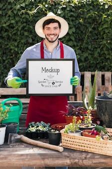 Ogrodnik trzymający znak makiety