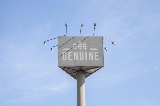 Ogromny billboardu mockup na niebieskiego nieba tle