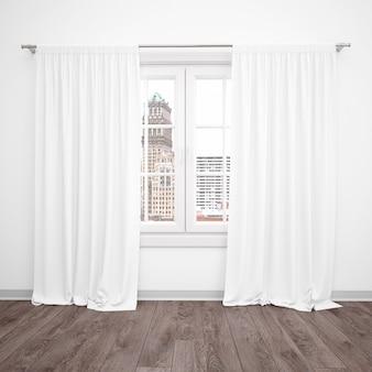 Okno z białymi zasłonami, pusty pokój z drewnianą podłogą
