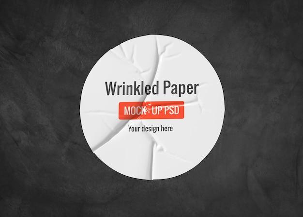 Okrąg makieta pomarszczonego papieru na ciemnej powierzchni