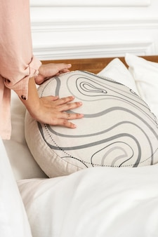 Okrągła poszewka na poduszkę psd makieta na łóżku