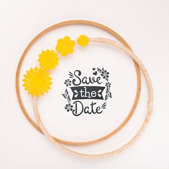 Okrągłe ramki z kwiatami pozwalają zapisać makietę daty