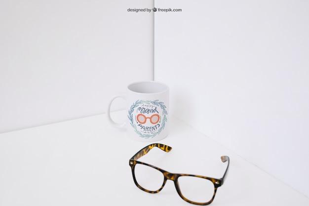 Okulary z przodu kubek kawy