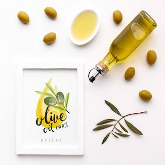 Organiczna oliwa z oliwek z widokiem z góry z makietą