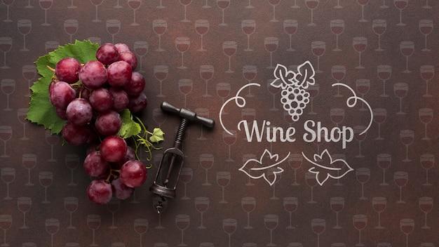 Organiczny winogrono z korkociągiem obok