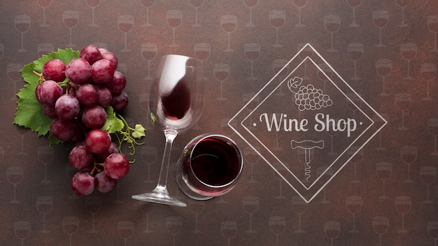 Organiczny winogrono z lampką wina obok