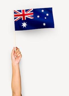 Osoba machająca flagą wspólnoty australijskiej