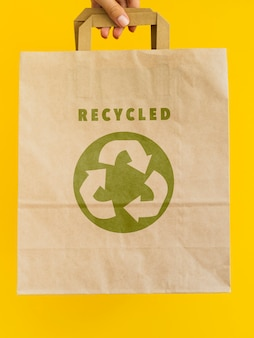 Osoba posiadająca makietę torby papierowej