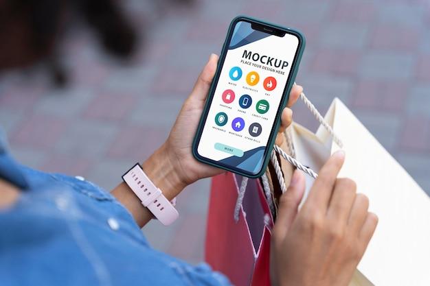 Osoba trzymająca makietę smartfona