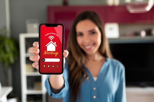 Osoba Trzymająca Smartfon Z Aplikacją Automatyki Domowej Darmowe Psd