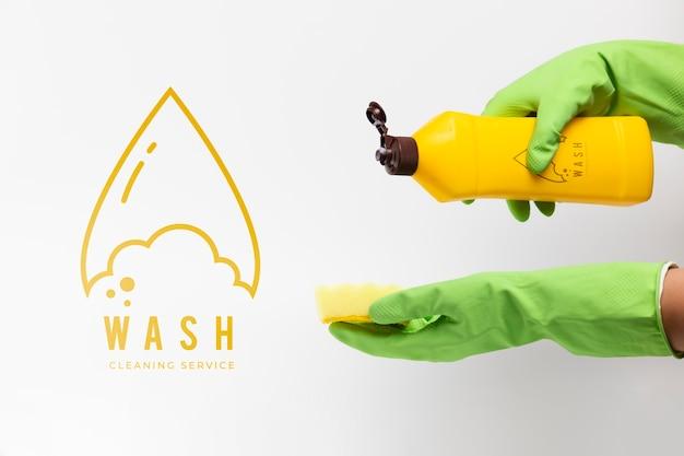 Osoba wylewająca detergent na makietę gąbki