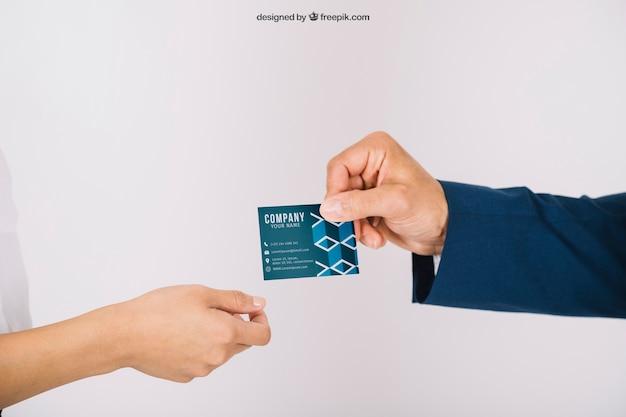 Osoby biznesu wymienia wizytówkę