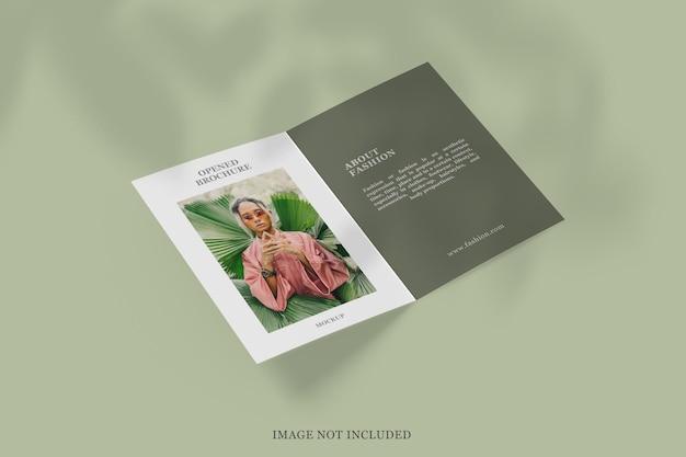 Otwarta broszura bi-fold lub makieta ulotki