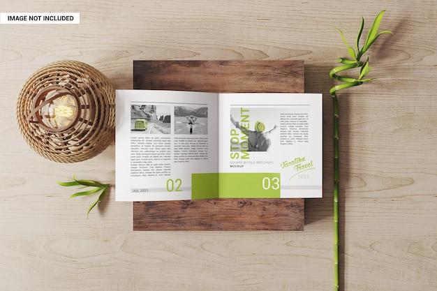 Otwarta na pół makieta kwadratowa broszura
