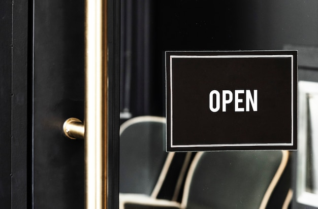 Otwórz znak makieta na drzwiach kawiarni