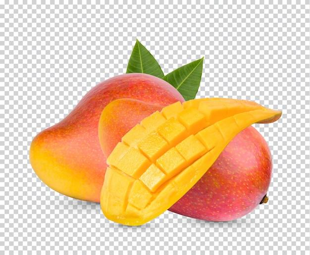 Owoce mango i pokrojone z liśćmi na białym tle