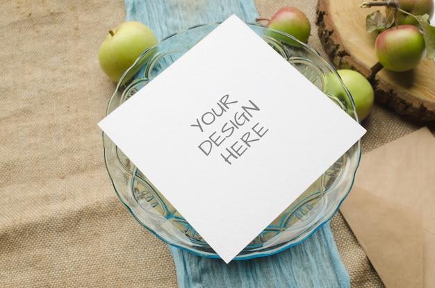 Papeteria makieta podartego papieru z owocami