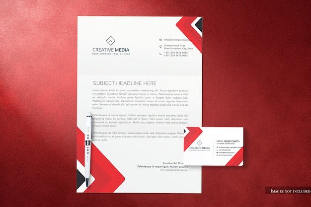 Papier firmowy abd widok z góry wizytówka makieta z oddzielnymi obiektami