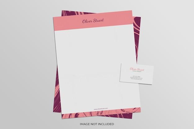 Papier firmowy i wizytówka na marmurowej makiecie