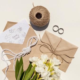 Papierowa koperta ślubna z kwiatami i pierścionkami