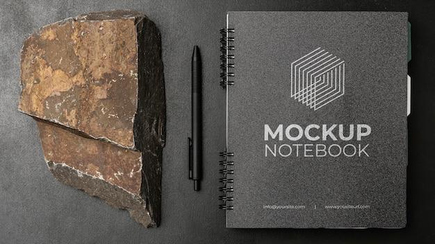 Papierowa makieta na ciemnym betonie z chropowatą skałą
