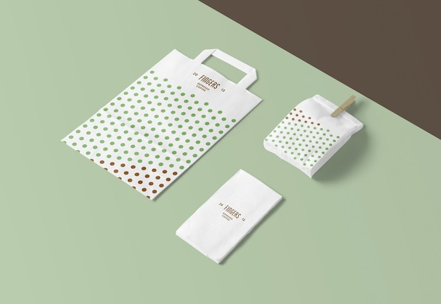 Papierowa torba i makiety serwetek na białym tle