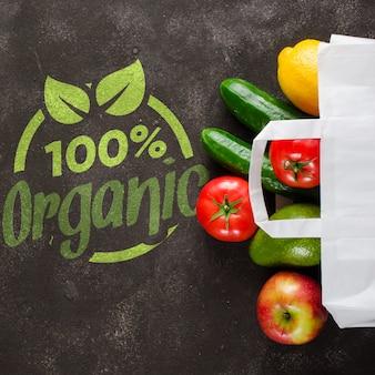 Papierowa torba z różnorodnymi sklepami spożywczymi na zmroku betonu tle. koncepcja dostawy żywności. darowizny żywnościowe.
